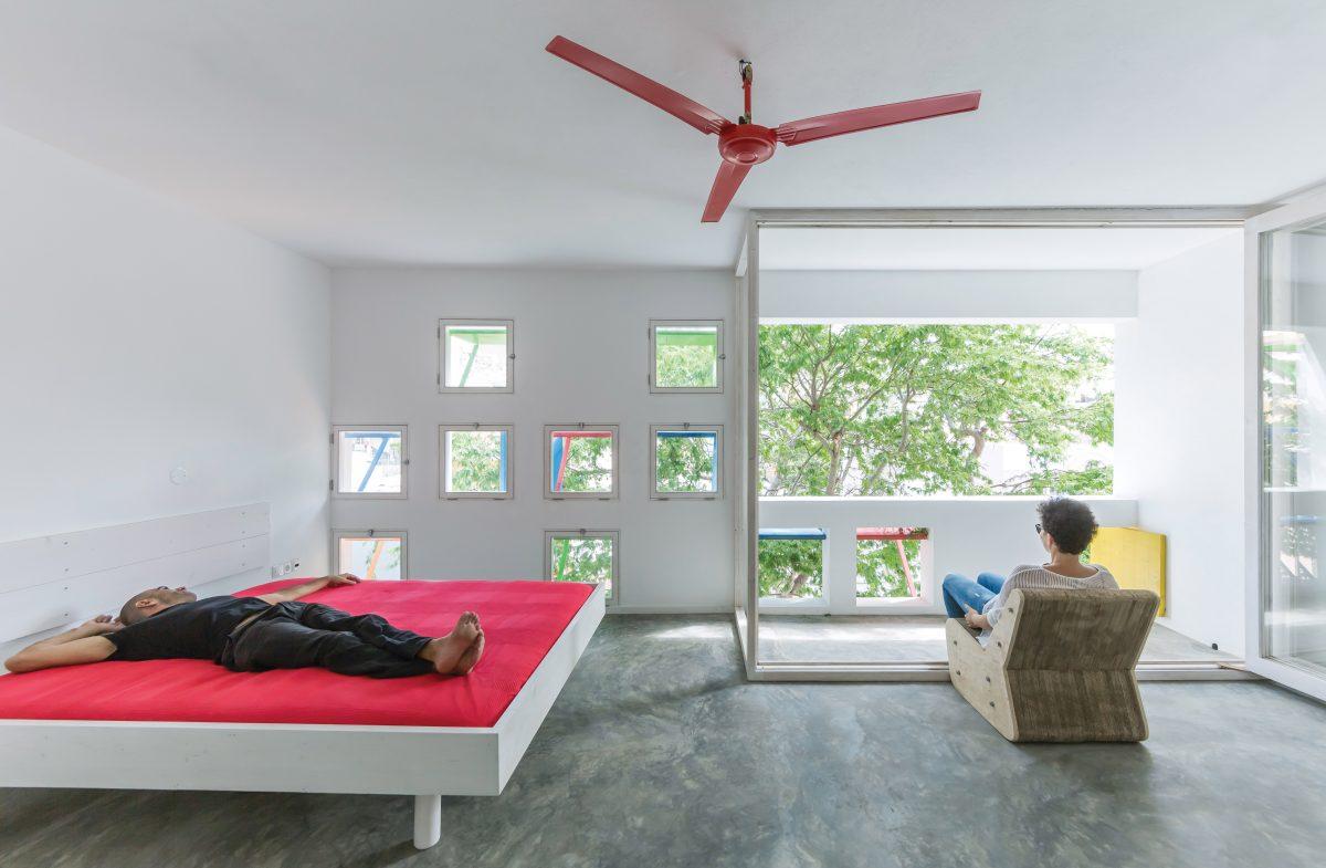 Blanco, gris y apenas un poco de color en los 29 metros cuadrados de este ambiente con múltiples aberturas que recortan la vista exterior, estratégicamente. La cama plegable optimiza el espacio.